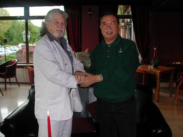 Guru C.D. Kessing met bapak Eddie M. Nalapraya, president van de PERSILAT, te Limburg