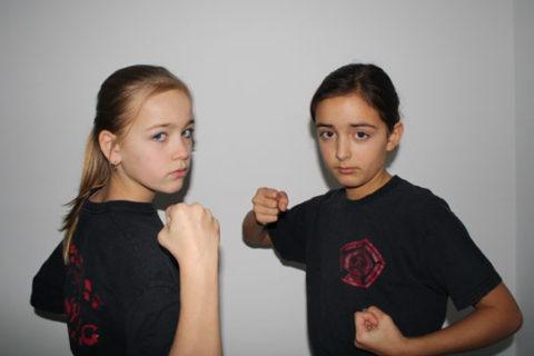 De zusjes Mexx (links) en Jess: Bekende Manyangers