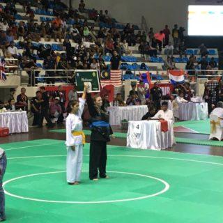 Minouche wint haar partij tegen Thailand met een technical knock-out